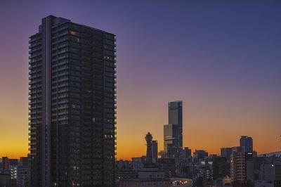 あべのハルカスと浪速区の通天閣の朝焼けの風景.jpg