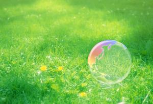 地球エコイメージ 芝の上の虹色の地球儀_pixta_7695252.jpgのサムネール画像